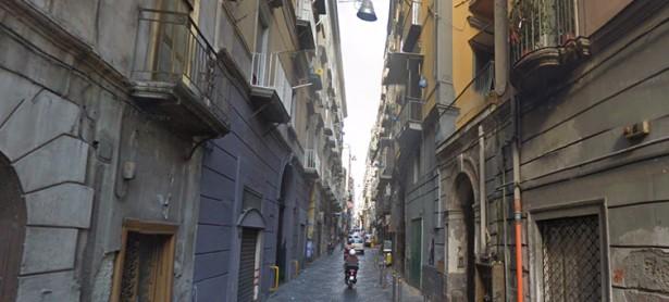 Nel cuore di Napoli un'auto sfreccia, tre motorini l'inseguono e sparano