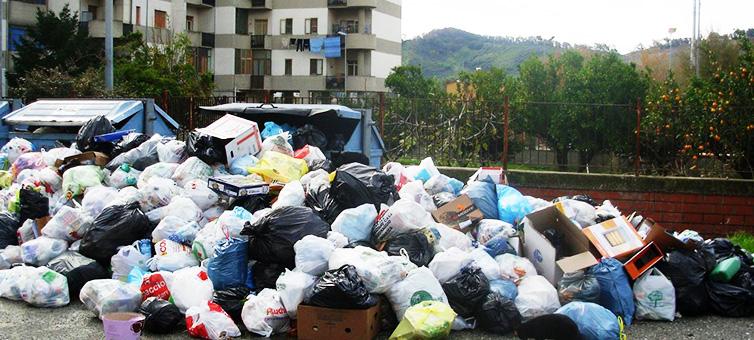 Emergenza rifiuti in Calabria: in fondo allo Stivale la spazzatura si paga a peso d'oro