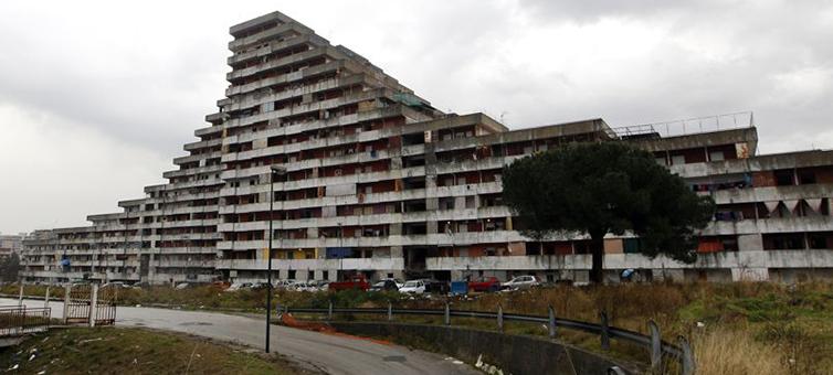 A Napoli case popolari gestite dai clan